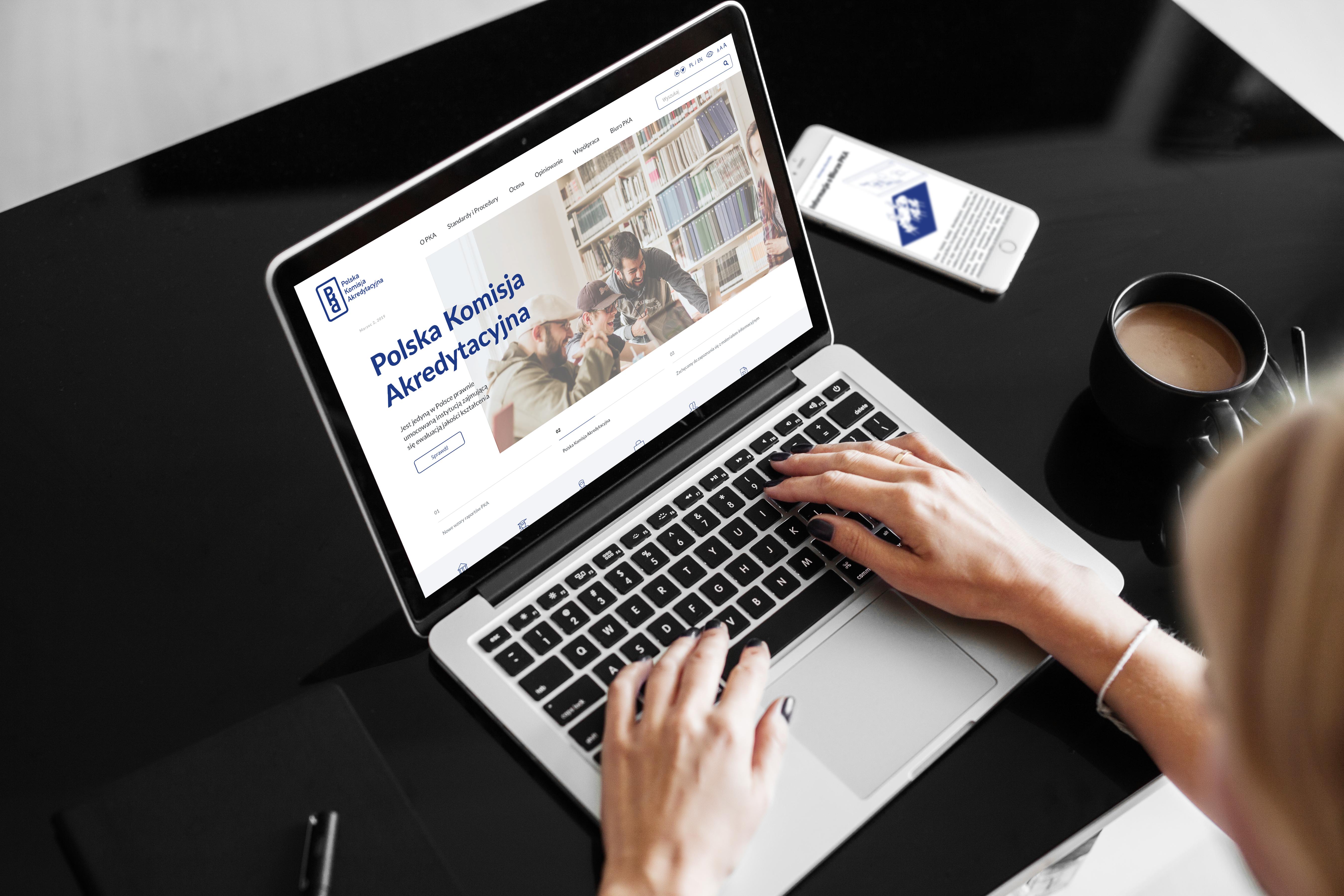 Grafika przedstawiająca wizualizacje nowej strony internetowej na laptopie