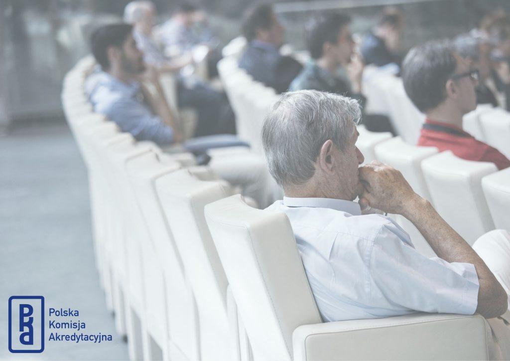 Zdjęcie przedstawiające ludzi siedzących na szkoleniu, w prawym dolnym rogu umieszczony został sygnet PKA