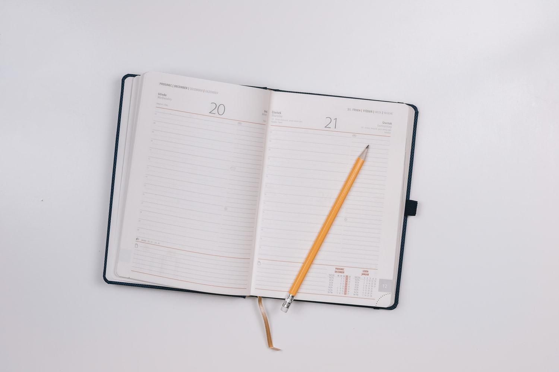 zdjęcie przedstawiajace kalendarz w formie notesu